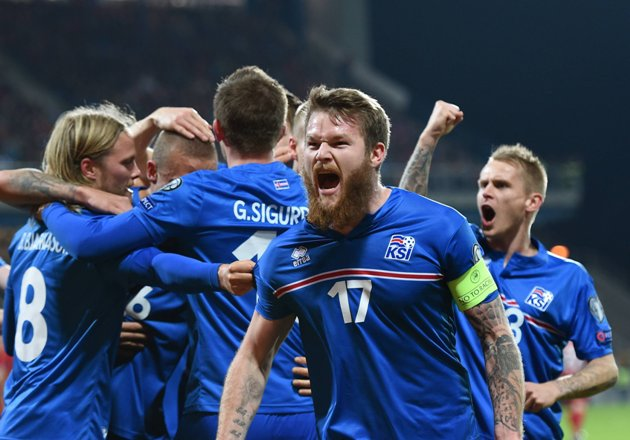 Fussball International EM 2016-Qualifikation Gruppe A in Pilsen 16.11.2014 Tschechien - Island JUBEL Island; Aron Gunnarsson (re) mit Team nach dem Tor zum 0-1 PUBLICATIONxNOTxINxAUTxSUIxITAFootball International euro 2016 Qualification Group A in Pilsen 16 11 2014 The Czech Republic Iceland cheering Iceland Aron Gunnarsson right with team After the goal to 0 1 PUBLICATIONxNOTxINxAUTxSUIxITA